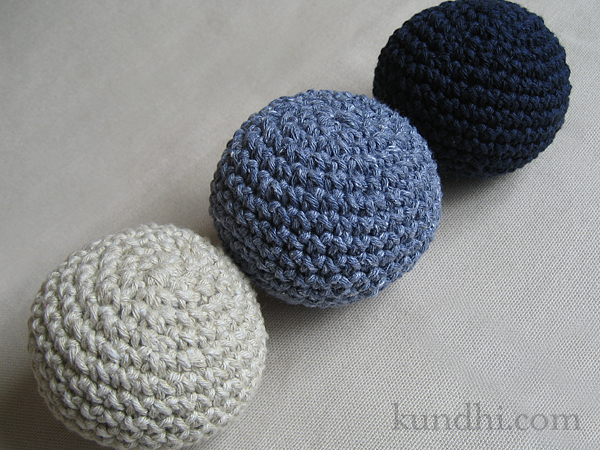 http://www.kundhi.com/blog/2010/10/11/tiny-crochet-ball-pattern/
