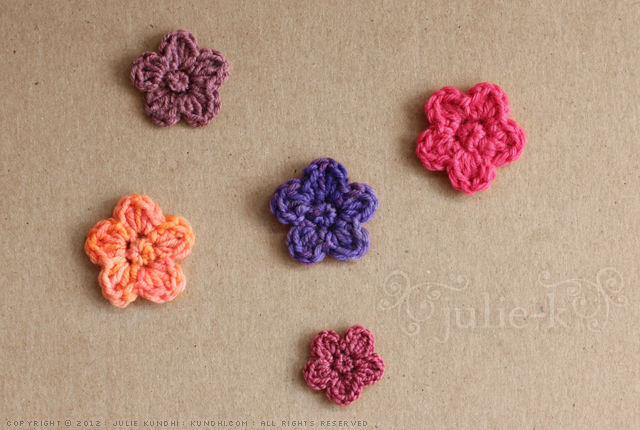 tiny crochet flower pattern |